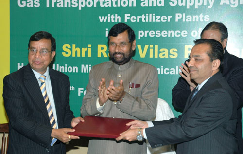 The Chairman and Managing Director of GAIL, Dr. U.D. Choubey and the acting CMD and Director (Technical) of NFL, Shri V K Sharma exchanging the signed documents of an MoU between Gas Authority of India Ltd. and Barauni Fertilizer Plant for Supplying Gas in the presence of the Union Minister of Chemicals & Fertilizers and Steel, Shri Ram Vilas Paswan, in New Delhi on February 26, 2009