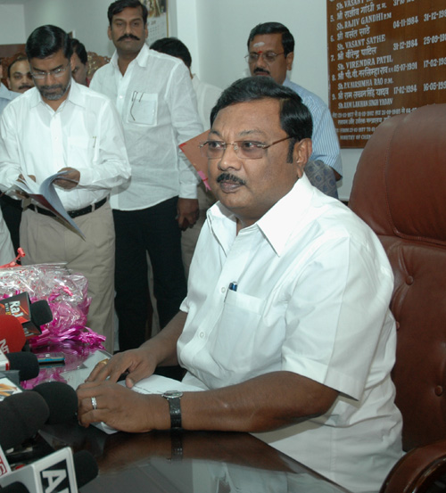 Shri M.K. Alagiri assuming the charge of the office as the Union Minister of Chemicals and Fertilizers, in New Delhi on June 01, 2009