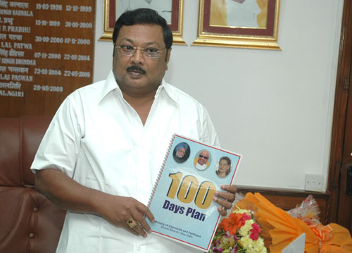 The Union Minister of Chemicals and Fertilizers, Shri M.K. Alagiri releasing 100 days agenda of the Ministry, in New Delhi on June 26, 2009