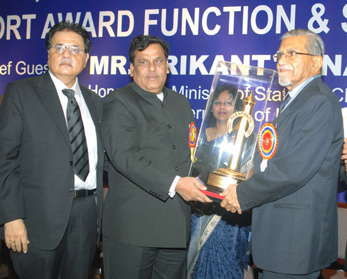The Minister of State of Chemicals and Fertilizers, Shri Srikant Jena honoring Mr. R.C Lohia, Veteran Industrialist, at the Export Award function, organized by the Plastics Export Promotion Council, in Mumbai on December 19, 2009