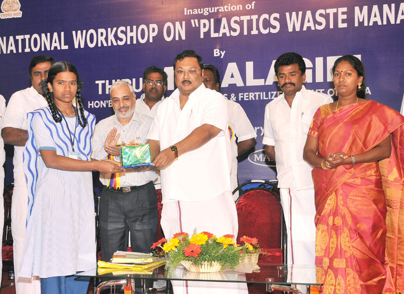 The Union Minister for Chemicals & Fertilizers, Shri M. K. Alagiri distributing prizes to students, at the inauguration of National Workshop on Plastics Waste Management, in Madurai on January 22, 2011