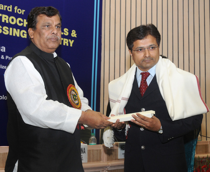 The Minister of State for Chemicals and Fertilizers, Shri Srikant Jena presented the National Awards for Technology Innovation in Petrochemicals & Downstream Plastics Processing Industry (2010-2011), at a function, in New Delhi on November 28, 2011.