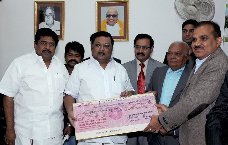 The Union Minister for Chemicals & Fertilizers, Shri M. K. Alagiri being presented a dividend cheque by the Krishak Bharati Cooperative Limited (KRIBHCO), in New Delhi on January 10, 2013