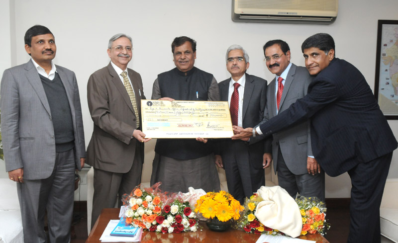 The Minister of State for Chemicals and Fertilizers, Shri Srikant Kumar Jena being presented a dividend cheque by the Managing Director, KRIBHCO, Shri B.D. Sinha, in New Delhi on January 30, 2014