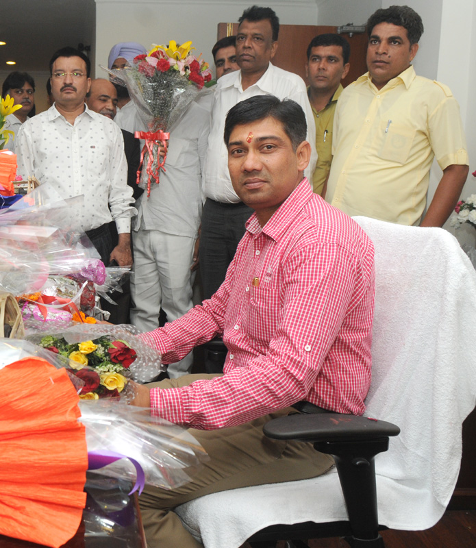 Shri Nihalchand taking charge as the Minister of State for Chemicals and Fertilizers, in New Delhi on May 28, 2014