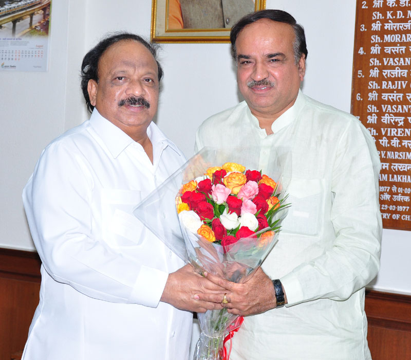 Shri R. Roshan Baig calls on the Union Minister for Chemicals and Fertilizers, Shri Ananthkumar, to discuss about the various infrastructure projects pertaining to the State of Karnataka, in New Delhi on August 05, 2014
