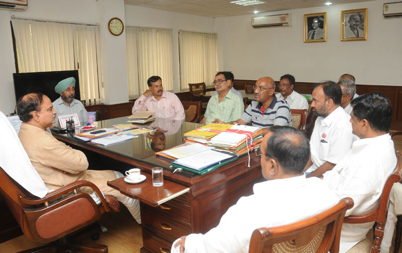 A delegation of farmers representing the National Farmers' Empowerment Initiative calling on the Union Minister for Chemicals and Fertilizers, Shri Ananthkumar, in New Delhi on August 05, 2014