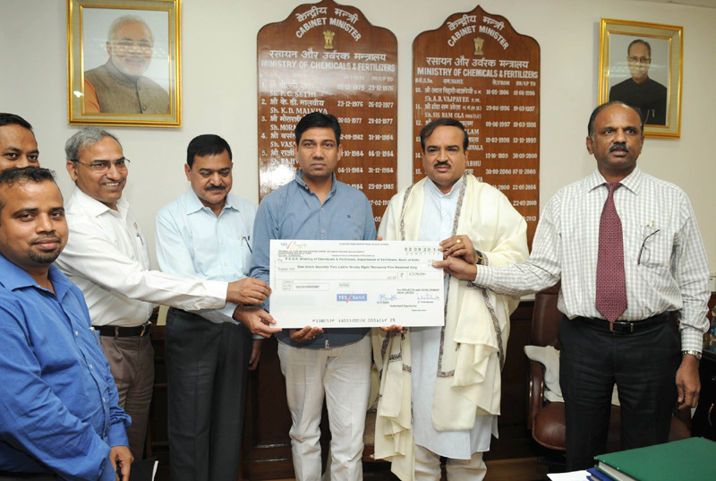The Projects & Development India Limited (PDIL), a PSU under Department of Fertilizers, presenting a dividend cheque to the Union Minister for Chemicals and Fertilizers, Shri Ananthkumar, in New Delhi on September 03, 2014.