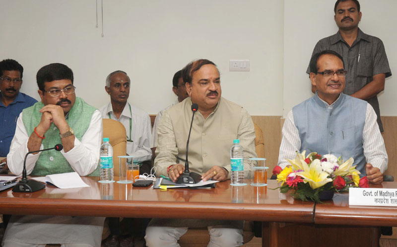The Union Minister for Chemicals and Fertilizers, Shri Ananthkumar along with the Minister of State (Independent Charge) for Petroleum and Natural Gas, Shri Dharmendra Pradhan and the Chief Minister of Madhya Pradesh, Shri Shivraj Singh Chouhan, at a meeting to discuss various issues that pertain to the State and the Ministry of Chemicals & Fertilizers, in New Delhi on September 20, 2014.