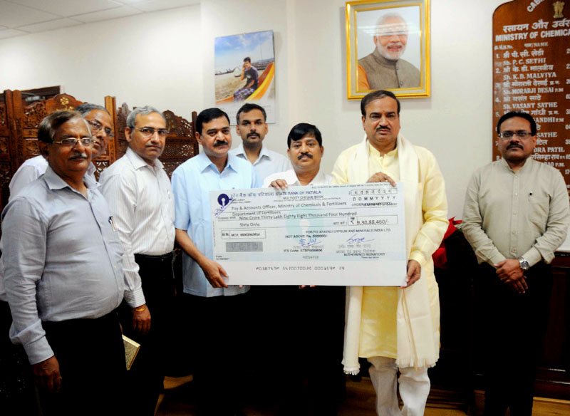 The Chairman & Managing Director, FCI Aravali Gypsum and Minerals India Limited (FAGMIL), Dr. S.K. Das presenting a dividend cheque to the Union Minister for Chemicals and Fertilizers, Shri Ananthkumar, in New Delhi on 26 September , 2014