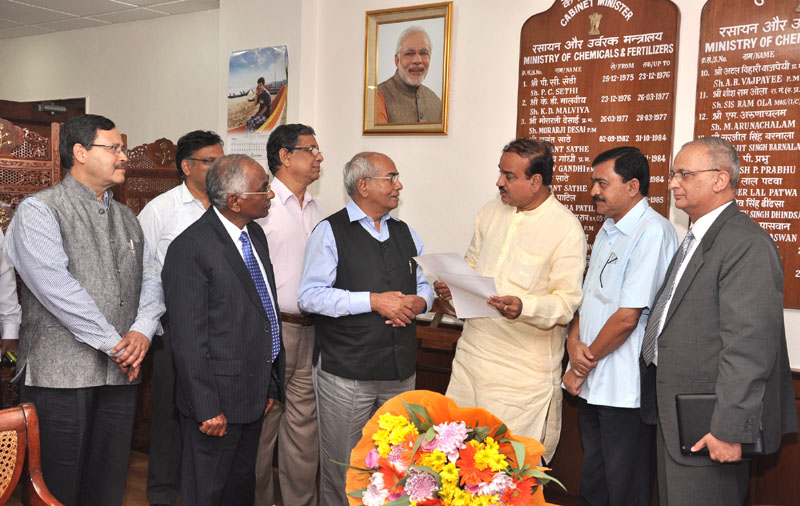 The Union Minister for Chemicals and Fertilizers, Shri Ananthkumar receiving a letter committing a donation of ten crore rupees from the MD & CEO, IFFCO, Dr. U.S. Awasthi, towards Swacch Bharat, in New Delhi on September 26, 2014