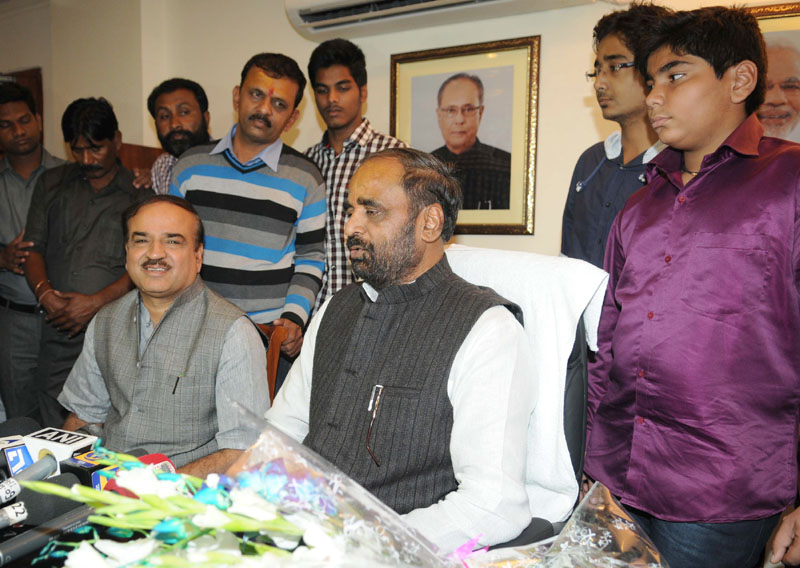 Shri Hansraj Gangaram Ahir taking charge as the Minister of State for Chemicals & Fertilizers, in the presence of the Union Minister for Chemicals and Fertilizers, Shri Ananthkumar, in New Delhi on November 11, 2014