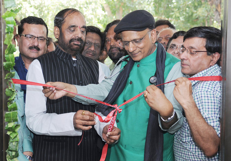 The Minister of State for Chemicals & Fertilizers, Shri Hansraj Gangaram Ahir inaugurating the First Jan Aushadhi Store, in New Delhi on June 05, 2015.