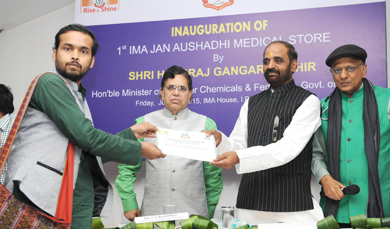 The Minister of State for Chemicals & Fertilizers, Shri Hansraj Gangaram Ahir presenting the Certificate of Appreciation at the inauguration of the First Jan Aushadhi Store, in New Delhi on June 05, 2015.