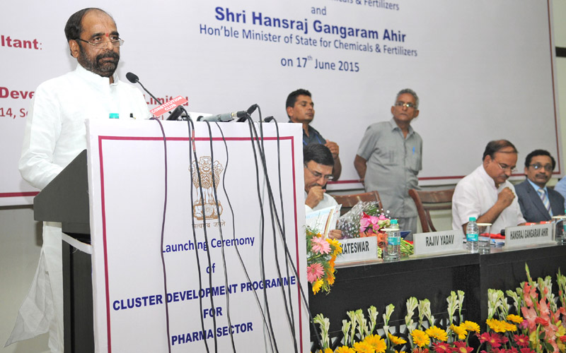 """The Minister of State for Chemicals & Fertilizers, Shri Hansraj Gangaram Ahir addressing at the launch of the """"Cluster Development Programme for Pharma Sector"""", in New Delhi"""
