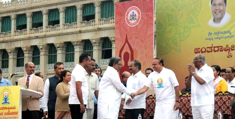 The Union Minister for Chemicals and Fertilizers, Shri Ananth Kumar along with the Chief Minister of Karnataka, Shri Siddaramaiah at the International Yoga Day function, organised by the Department of AYUSH, Government of Karnataka