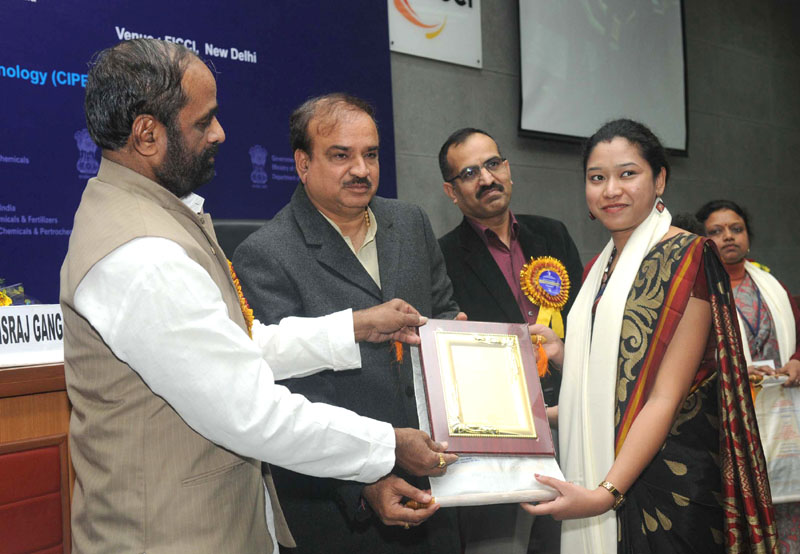 The Union Minister for Chemicals and Fertilizers, Shri Ananth Kumar presented the 6th National Awards for Technology Innovation in Petrochemicals & Downstream Plastics Processing Industry, at a function, in New Delhi on January 20, 2016. The Minister of State for Chemicals & Fertilizers, Shri Hansraj Gangaram Ahir is also seen.