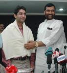 The Union Minister of Chemicals & Fertilizers and Steel, Shri Ram Vilas Paswan felicitating and presented a cheque of Rs. 15 lakh to the first winner of an individual Gold Medal for India at the Beijing Olympic Games and International Shooting Ace, Shri Abhinav Bindra, in New Delhi on September 25, 2008